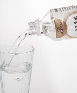 【温泉水】500mlの二千万年水をコップに注ぐ